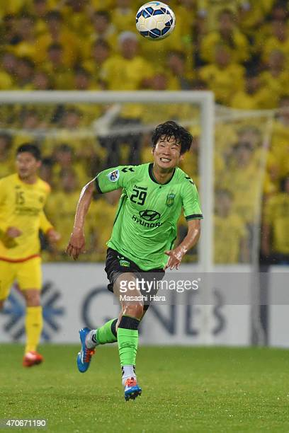 Lee Kyuro of Jeonbuk Hyundai Motors in action during the AFC Champions League Group E match between Kashiwa Reysol and Jeonbuk Hyundai Motors at...