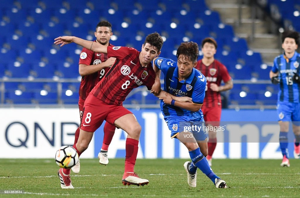 Lee Myung-Jae #13 of Ulsan Hyundai and Oscar #8 of Shanghai SIPG compete for the ball during the 2018 AFC Champions League Group F match between Ulsan Hyundai FC and Shanghai SIPG at the Ulsan Munsu Football Stadium on March 13, 2018 in Ulsan, South Korea.