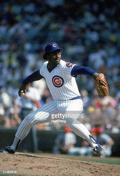 Lee Smith of the Chicago Cubs pitches the ball during a game in SEPTEMBER 1986 Lee Smith played for the Chicago Cubs from 19801987
