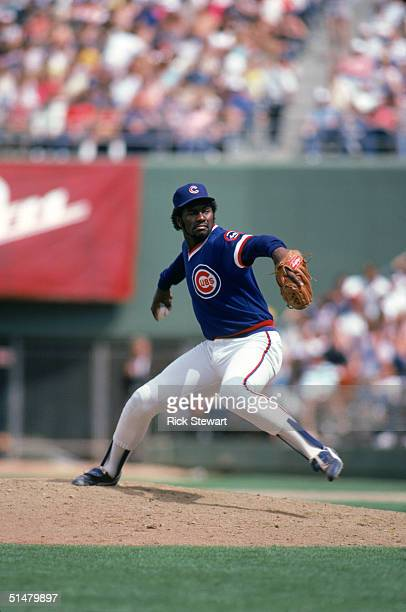 Lee Smith of the Chicago Cubs winds back to pitch during the game against the San Diego Padres at Jack Murphy Stadium on May,1985 in San Diego,...