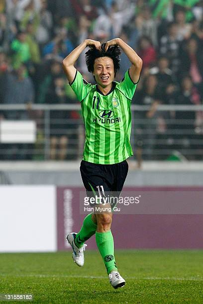 KOREA NOVEMBER Lee SungHyun of Jeonbuk Hyundai Motors celebrates his goal during the AFC Champions League Final Match between Jeonbuk Hyundai Motors...