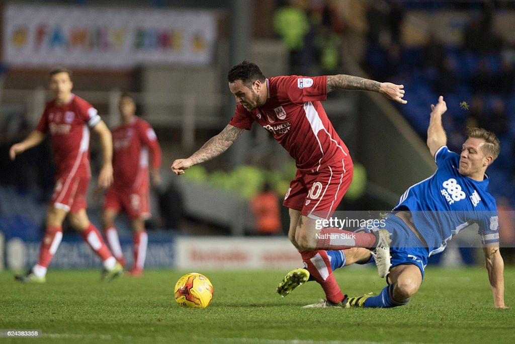 Lee Tomlin of Bristol City and Stephen Gleeson of Birmingham City in action during the Sky Bet Championship match between Birmingham City and Bristol City at St Andrews Stadium on November 19, 2016 in Birmingham, England.