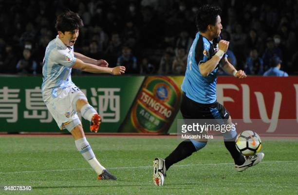 Lee Yeongjae of Ulsan Hyundai scores the second goal during the AFC Champions League Group F match between Kawasaki Frontale and Ulsan Hyundai at...