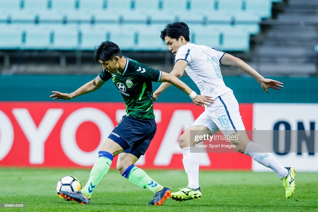 Lee Yong of Jeonbuk Hyundai Motors FC (L) fights for the ball with Yoo Jun-Su of Buriram United (R) during the AFC Champions League 2018 Group F match between Jeonbuk Hyundai Motors FC (KOR) and Buriram United (THA) at Jeonju World Cup Stadium on 15 May 2018, in Jeonju, South Korea.