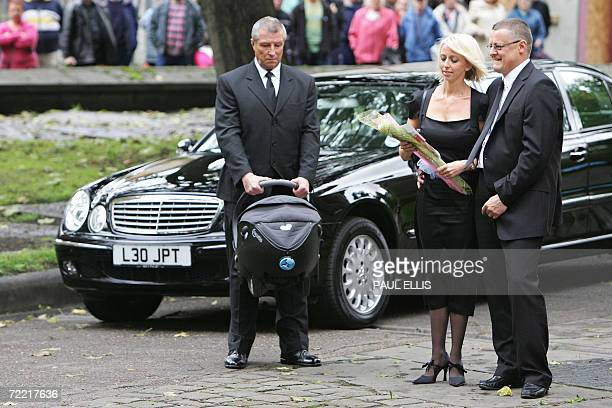 Lindsey Hunter wife of the late British snooker player Paul Hunter arrives at Leeds Parish Church in Leeds England 19 October 2006 for her husband's...