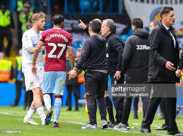 Leeds United manager Marcelo Bielsa gives Pontus Jansson instructions after his side scored a contentious goal during the Sky Bet Championship match...