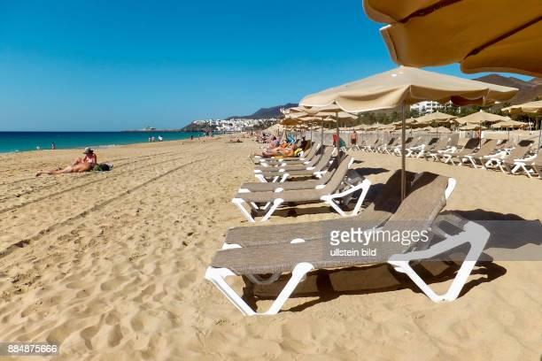 Leere Liegen am Strand gesehen in Jandia auf FuerteventuraSüd