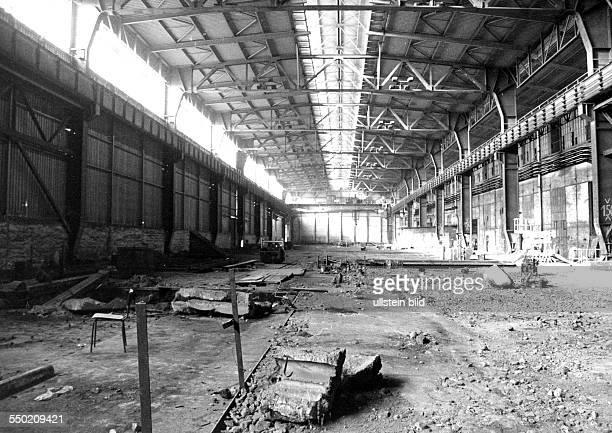 Leere Produktionshalle des ehemaligen Stahlwerkes in Riesa zum Abriss freigegeben