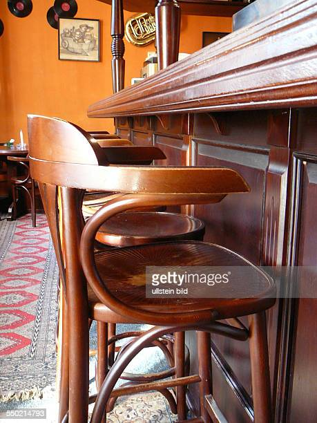 Leere Stühle an einem Tresen einer Berliner Kneipe