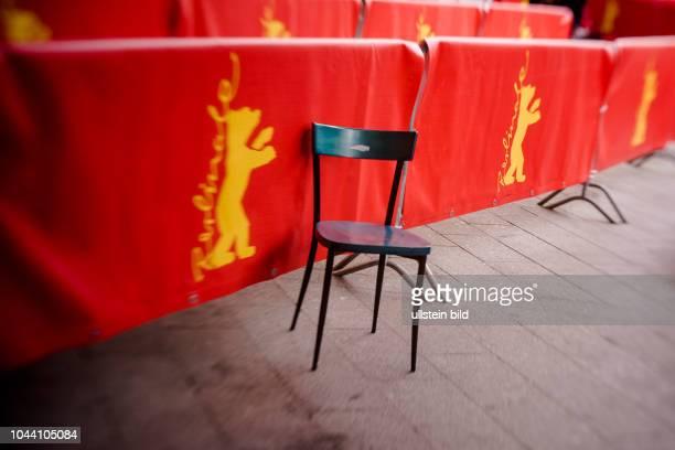 Leerer Stuhl steht verlassen an Absperrgittern vor dem BerlinalePalast anlässlich der 68 Internationalen Filmfestspiele Berlin