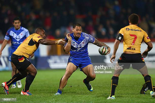 Leeson Ah Mau of Samoa cuts between Enoch Maki and Ray Thompson of Papua New Guinea during the Rugby League World Cup Group B match between Papua New...