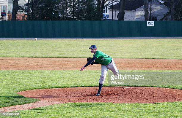 left handed high school baseball pitcher throwing pitch - pitcher stockfoto's en -beelden