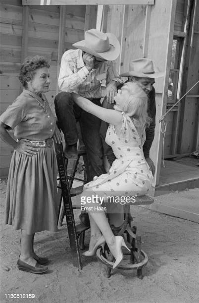 American actors Thelma Ritter Montgomery Clift Marilyn Monroe and Clark Gable during the location shoot for John Huston's 'The Misfits' in the Nevada...