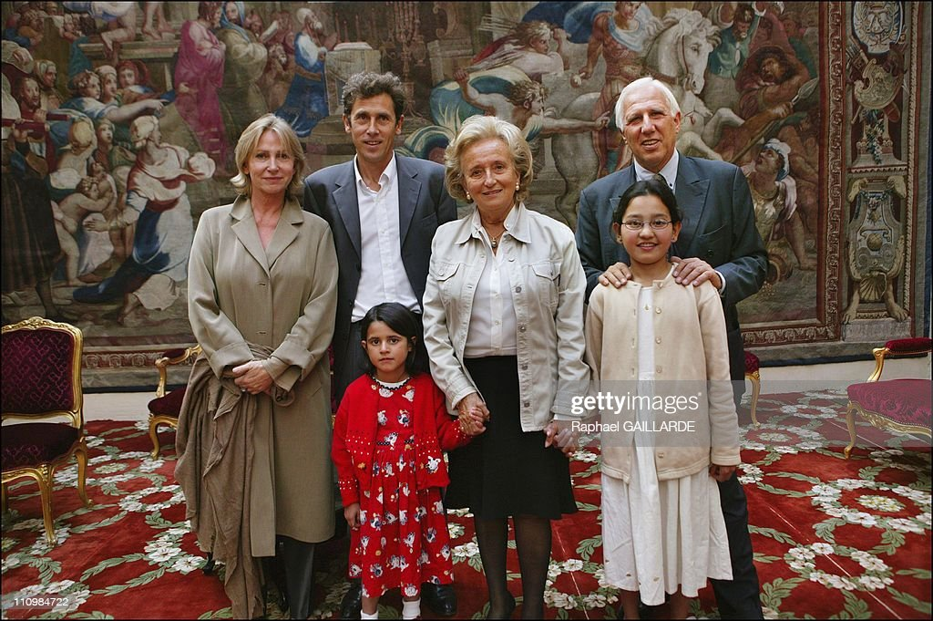 """The two Afghan girls operated in Paris thanks to """"La Chaine de l'Espoir"""" received at the Elysee Palace in Paris, France on September 10, 2003. : Foto di attualità"""
