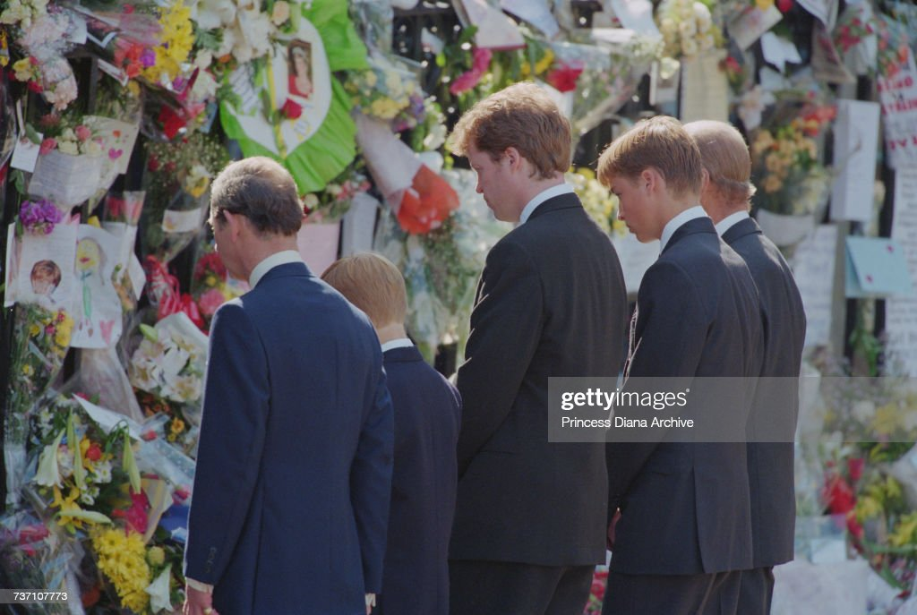 Mourners At Diana's Funeral : News Photo