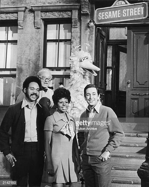 'Sesame Street' hosts Matt Robinson Will Lee Loretta Long and Bob McGrath stand with Big Bird in a promotional still on the set of the educational...