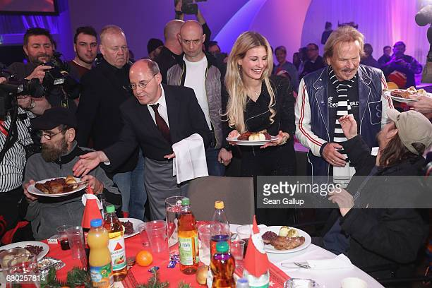 Leftwing politician Gregor Gysi and German singer Frank Zander serve Christmas goose to guests at the 22nd Franz Zander Christmas Evening for the...