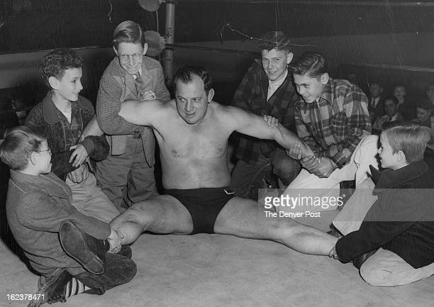 JAN 25 1950 Lefty Pacer currently performing on the weekly Mammoth Garden wrestling cards found him¡self in an embarrassing position when a halfdozen...