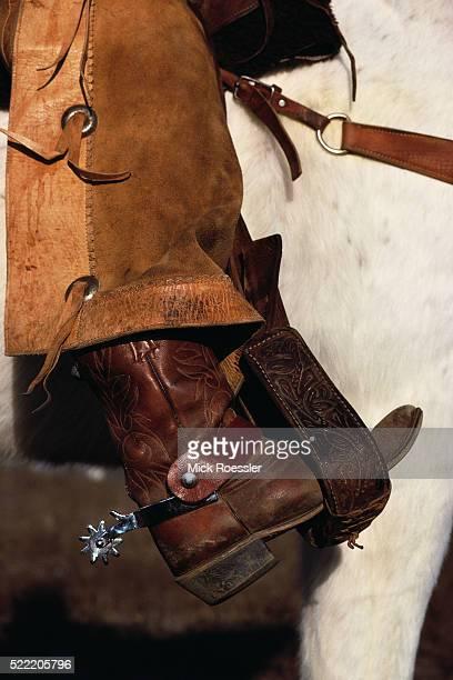 leg of a cowboy horseriding - pantalón de cuero fotografías e imágenes de stock