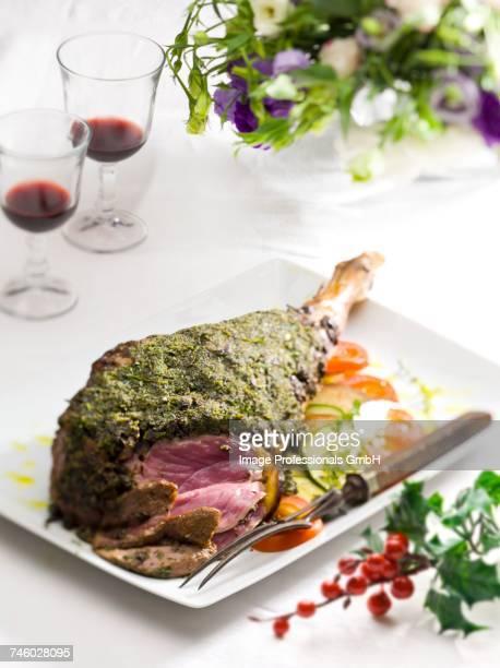 leg of lamb with a herb crust - osterlamm stock-fotos und bilder