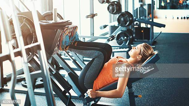 leg press exercise. - bodybuilding stockfoto's en -beelden