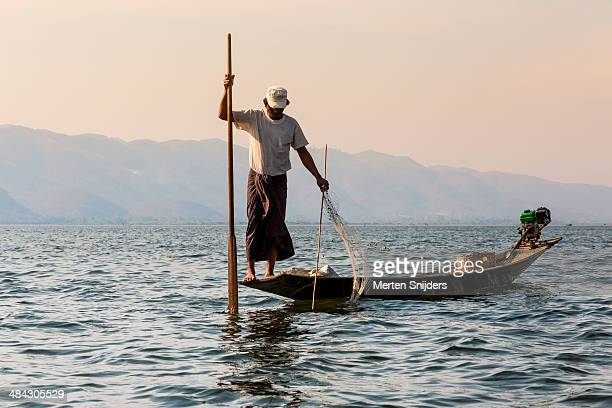 leg rowing fisherman on inle lake - merten snijders photos et images de collection