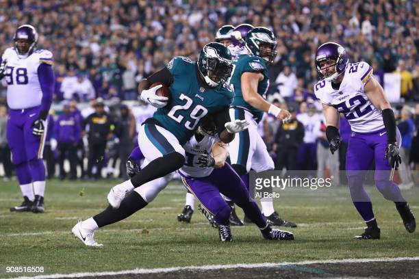 LeGarrette Blount of the Philadelphia Eagles scores a second quarter rushing touchdown against the Minnesota Vikings in the NFC Championship game at...
