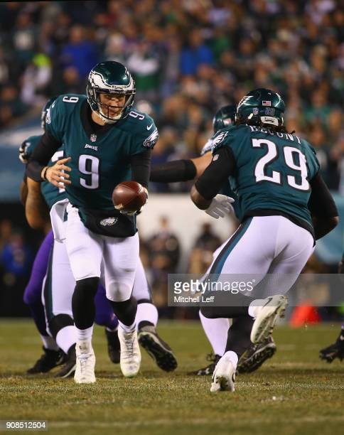LeGarrette Blount takes the handoff from Nick Foles of the Philadelphia Eagles during the second quarter against the Minnesota Vikings in the NFC...