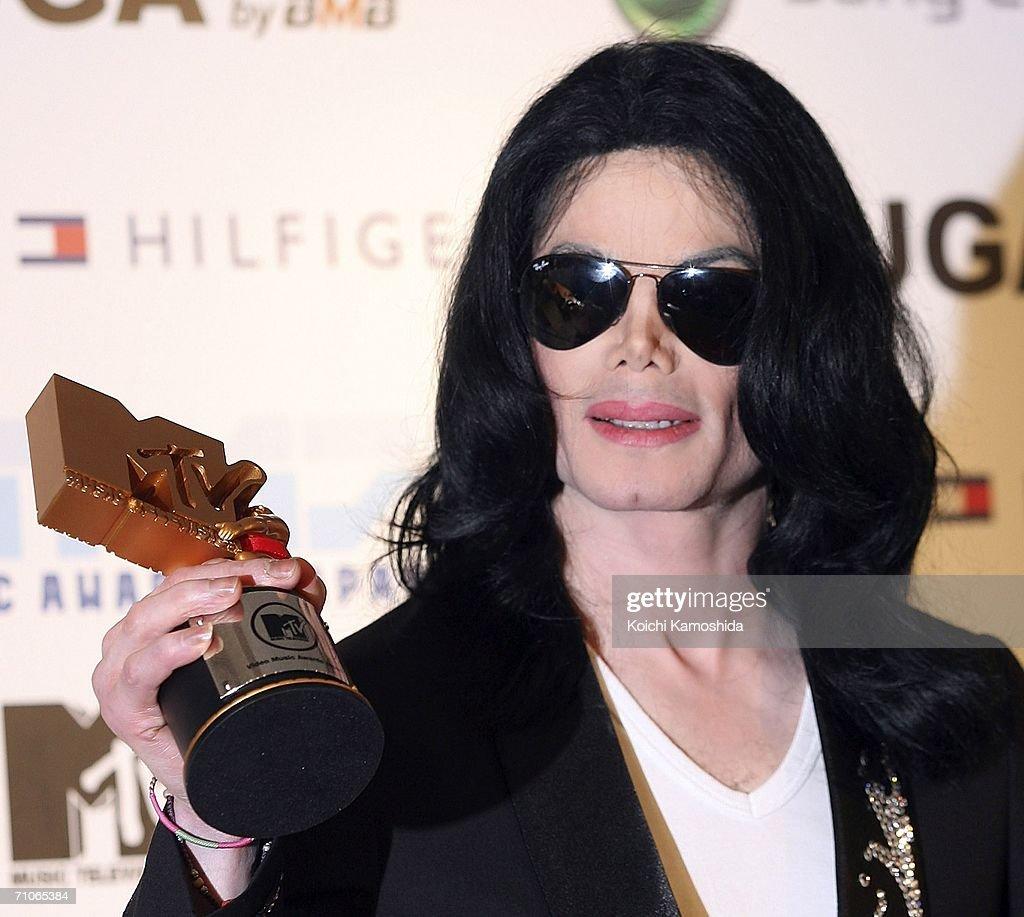 Legend Award winner Michael Jackson poses with his award at the 2006 MTV Video Music Awards at the Yoyogi National Athletic Stadium May 27, 2006 in Tokyo, Japan.
