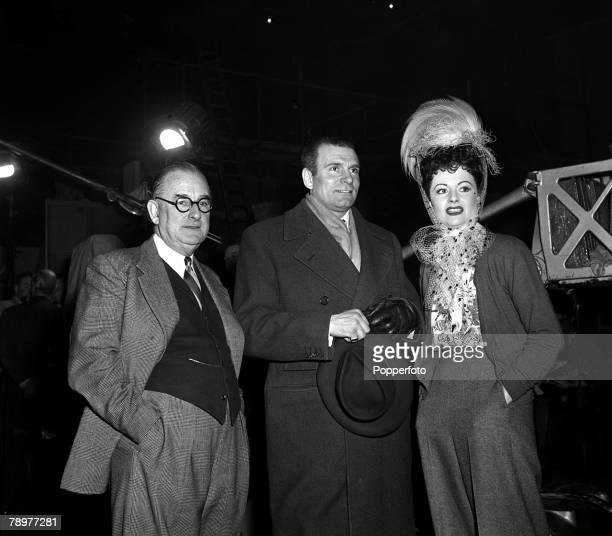 1953 Legendary stage and screen actor Laurence Olivier visits Margaret Lockwood and Herbert Wilcox on the set of the film Laughing Ann