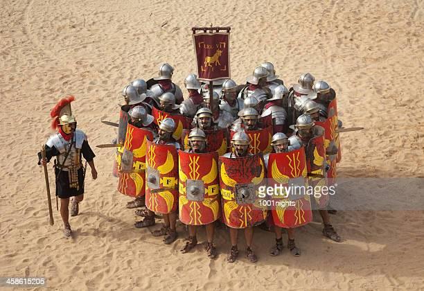 legion en la formación de jerash, jordania - gladiator fotografías e imágenes de stock