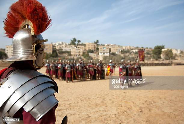legion em formação de jerash, jordânia - centurião - fotografias e filmes do acervo