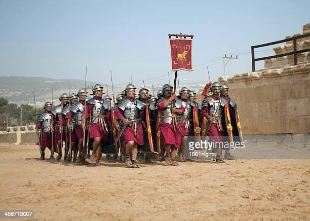 legion marchando-jerash, jordânia - centurião - fotografias e filmes do acervo