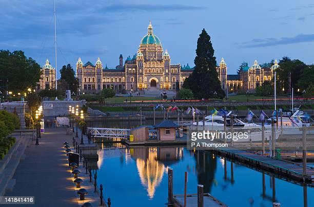 legislative building of bc and inner harbour at night, victoria, vancouver island, canada - カナダ ビクトリア市 ストックフォトと画像