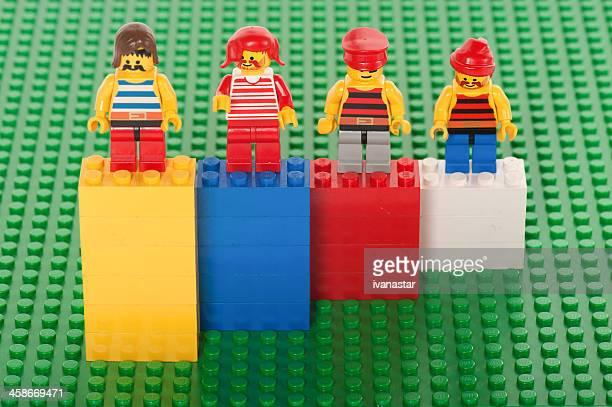construção de blocos de lego tijolos e pessoas figuras - lego imagens e fotografias de stock