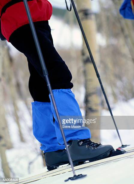 legs of a cross-country skier - caneleira roupa desportiva de proteção imagens e fotografias de stock