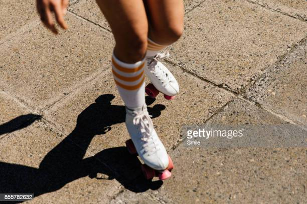 legs of a girl roller skating - patinar sobre ruedas fotografías e imágenes de stock