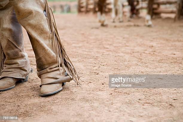 piernas de vaquero de corral - pantalón de cuero fotografías e imágenes de stock