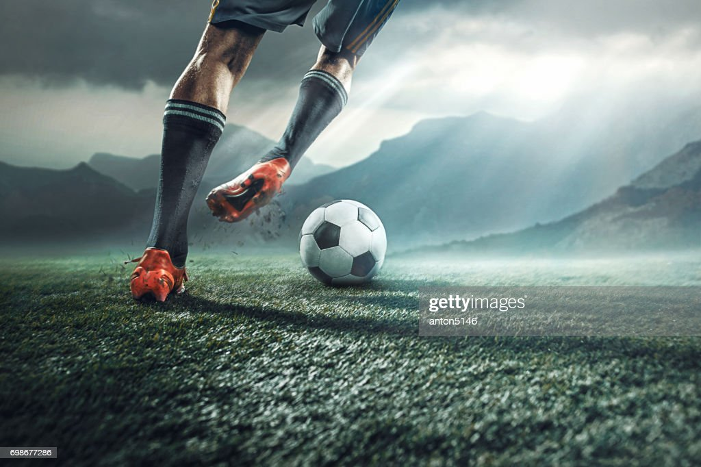 Jambes du joueur de football botter le ballon : Photo