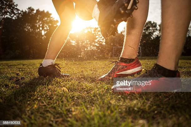 legs of soccer players on soccer pitch - fair play sport foto e immagini stock
