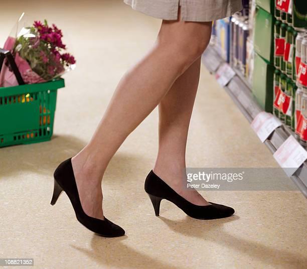 legs of supermarket shopper - parte inferior imagens e fotografias de stock