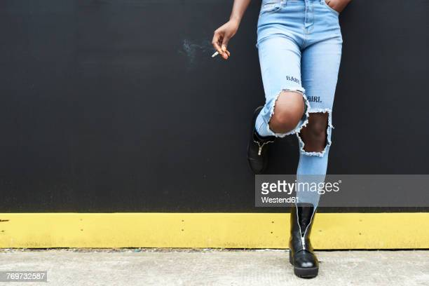 legs of woman wearing used look jeans - hands in her pants - fotografias e filmes do acervo