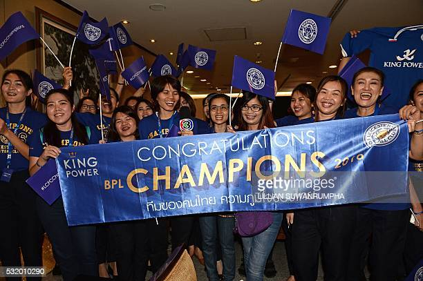 Leicester City fans cheer as Leicester City FC players arrive at Suvarnabhumi Airport in Bangkok on May 18 2016 / AFP / LILLIAN SUWANRUMPHA