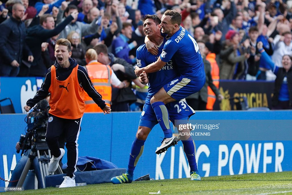 Leicester City's Argentinian striker Leonardo Ulloa (2R) celebrates scoring their second goal from the penalty spot to equalise 2-2 with Leicester City's English midfielder Danny Drinkwater (R) during the English Premier League football match between Leicester City and West Ham United at King Power Stadium in Leicester, central England on April 17, 2016. / AFP / ADRIAN DENNIS / RESTRICTED TO EDITORIAL USE. No use with unauthorized audio, video, data, fixture lists, club/league logos or 'live' services. Online in-match use limited to 75 images, no video emulation. No use in betting, games or single club/league/player publications. /