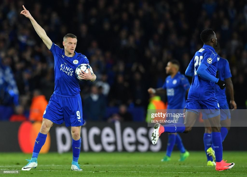 Leicester City's English striker Jamie Vardy (L) celebrates scoring his team's first goal during the UEFA Champions League quarter-final second leg football match between Leicester City and Club Atletico de Madrid at the King Power stadium in Leicester on April 18, 2017. / AFP PHOTO / Ben STANSALL