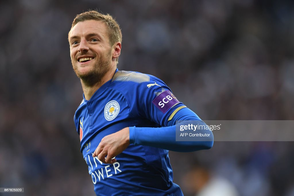 Leicester City's English striker Jamie Vardy celebrates scoring the team's first goal during the English Premier League football match between Leicester City and Everton at King Power Stadium in Leicester, central England on October 29, 2017. / AFP PHOTO / Paul ELLIS / RESTRICTED TO EDITORIAL USE. No use with unauthorized audio, video, data, fixture lists, club/league logos or 'live' services. Online in-match use limited to 75 images, no video emulation. No use in betting, games or single club/league/player publications. /