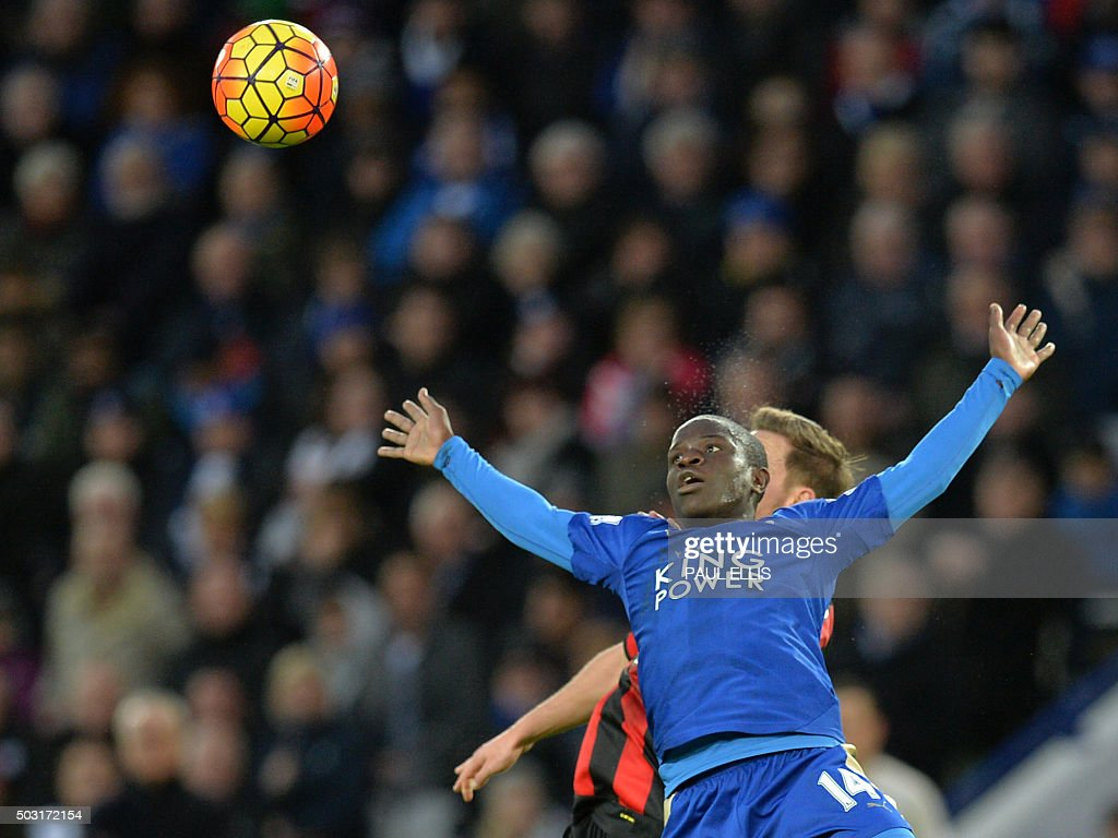 TOPSHOT - Leicester City's French midfielder N'Golo Kante (L) vies with Bournemouth's English midfielder Dan Gosling during the English Premier League football match between Leicester City and Bournemouth at King Power Stadium in Leicester, central England on January 2, 2016. AFP PHOTO / PAUL ELLIS USE. No use with unauthorized audio, video, data, fixture lists, club/league logos or 'live' services. Online in-match use limited to 75 images, no video emulation. No use in betting, games or single club/league/player publications. / AFP / PAUL