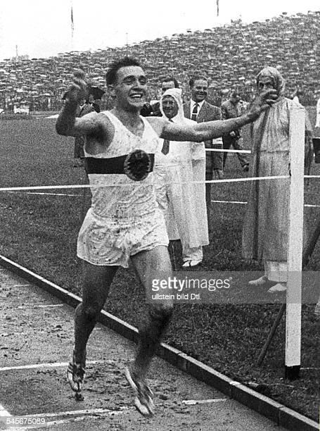 Leichtathlet BRDbeim Passieren der Ziellinie alsSieger im 10000mLauf beimLeichtathletikLänderkampf zwischender BRD und der UdSSR den die BRDmit...