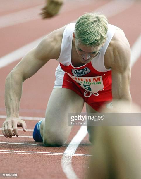 Leichtathletik DLV Mehrkampfmeeting 2004 Ratingen Florian SCHOENBECK / LG Domspitz Regensburg krabbelt entkraeftet ueber die Ziellinie wird am Ende...