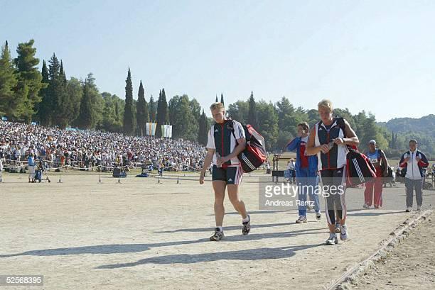Leichtathletik Olympische Spiele Athen 2004Ancient Olympia Kugelstossen / Frauen Unter der historischen Kulisse verlassen die beiden deutschen...